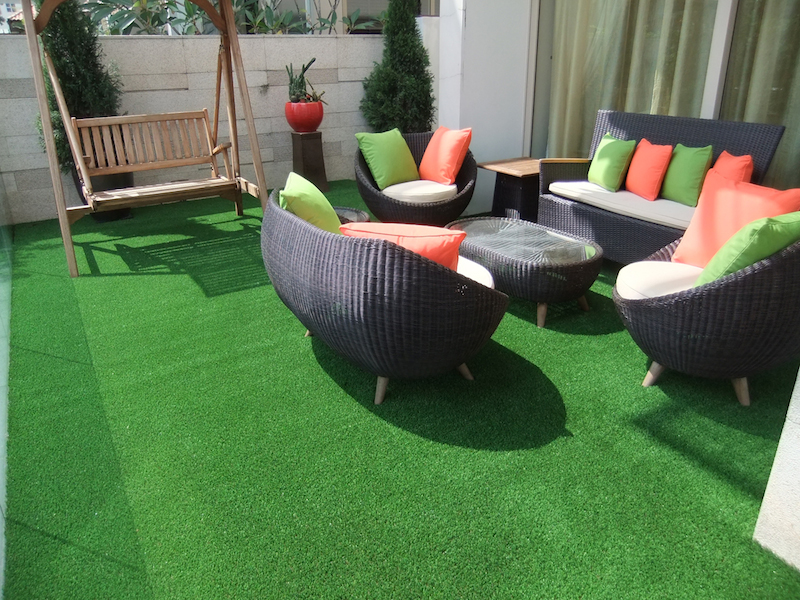 Use Of Artificial Grass To Fake A Grassy Patio At Your Home
